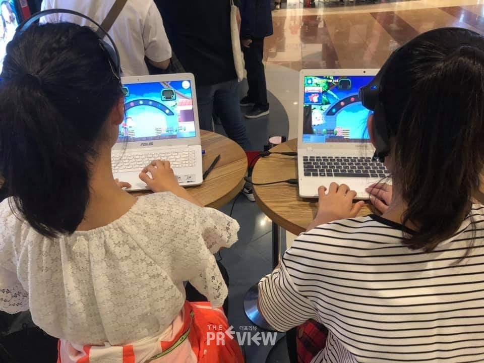 '마인드 레이서 with 롤러코스터보이 노리', 친구와 네트워크 게임을 체험하는 어린이들 / 사진=더프리뷰 하명남 기자