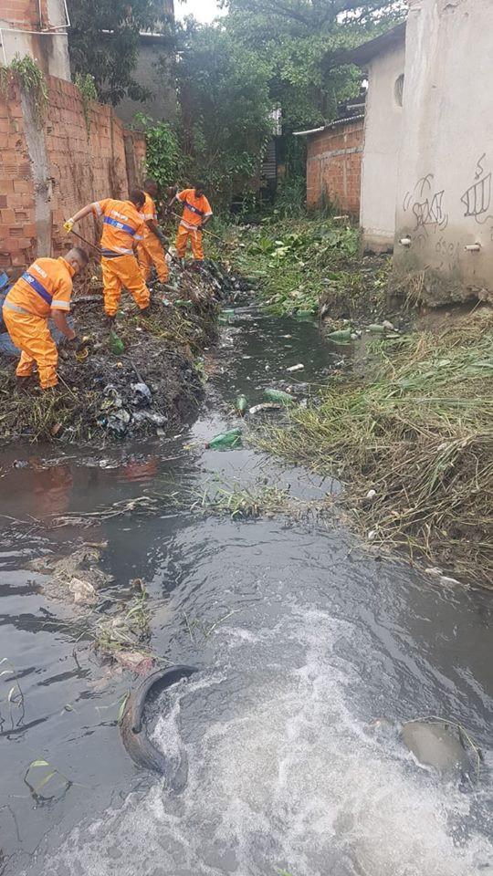Comlurb trabalhando na limpeza dos rios nas comunidades do Dique e Furquim Mendes