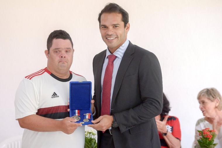 Thiago Pompeu recebeu as medalhas das mãos do vereador Thiago Ribeiro