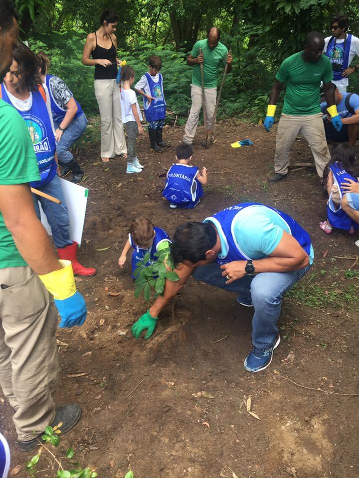Plantio de árvores por crianças e vereador
