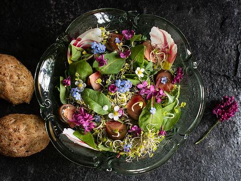 Salat med spirer og spiselige blomster.j