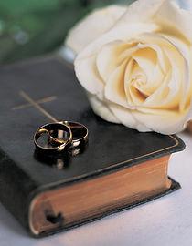 Wir bieten zivilrechtliche, traditionelle oder christliche Zeremonien