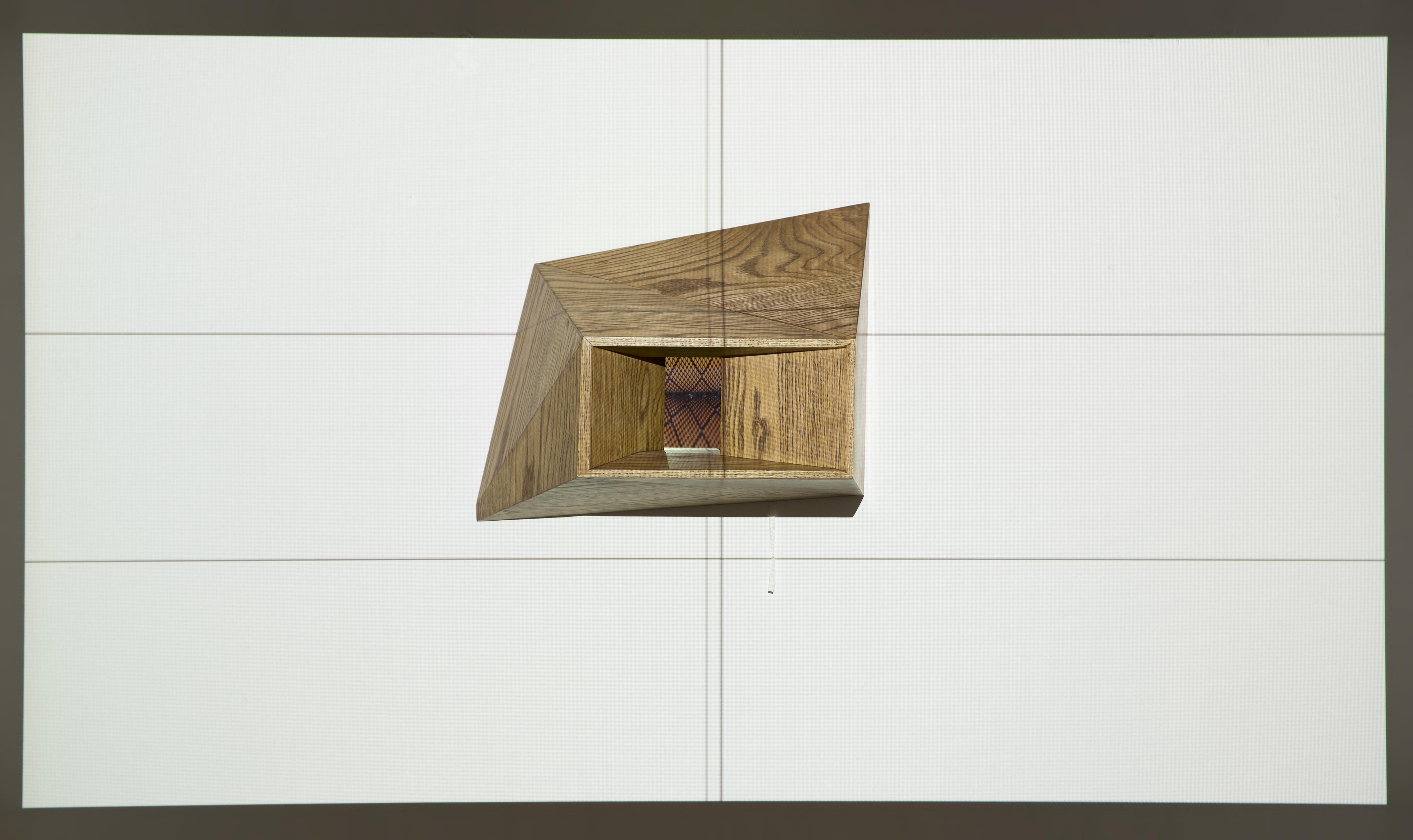 [네모난틀을 벗어난다고][Is Breaking out really breaking out] 90x160x22Cm 적참나무, 아이패드, 영상프로젝션.2015