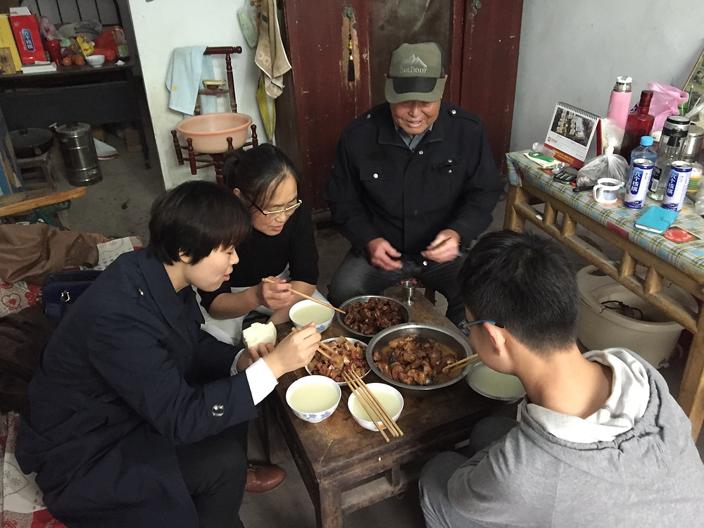 Xiao has dinner with daughter Xiao Zhiping and two of his grandchildren who are visiting. Photo by Simina Mistreanu/dpa