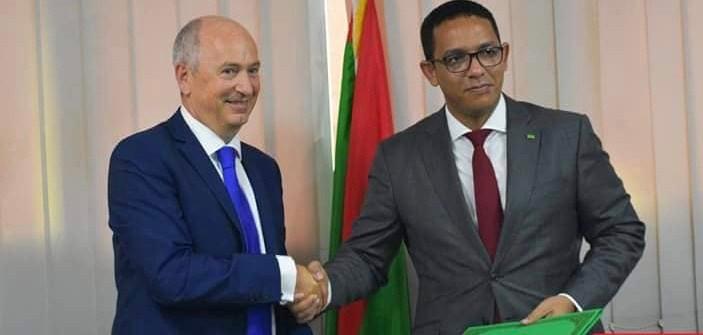 Charles Holiday et Mohamed Abdel Vetah à la signature de contrats