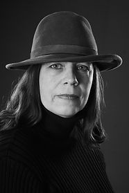 Das Portrait zeigt die Autorin Katja Kleiber in einem Schwarz-Weiß-Foto. Sie trägt einen Hut.