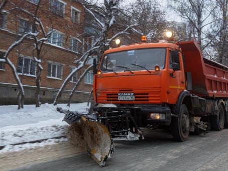 Уборка снега в Екатеринбурге продолжается в круглосуточном режиме