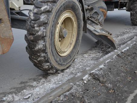 Роман Кравченко проинспектировал ход уборки дорожных «лотков» на улице Машиностроителей