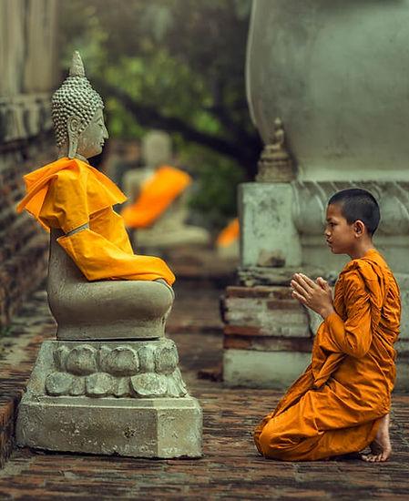 Moine priant Bouddha
