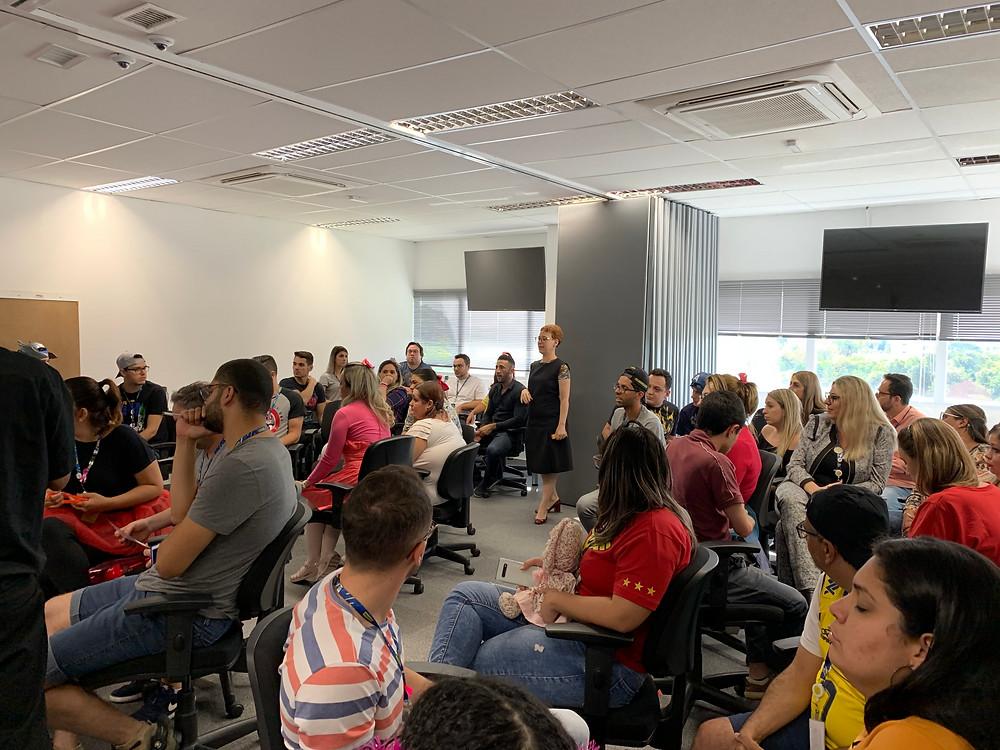 Foto de um grande grupo em uma sala da treinamento