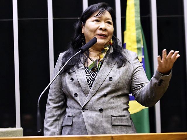 #descriçãodeimagem: Foto de Joênia Wapichana. Ela fala no púlpito da Câmara.