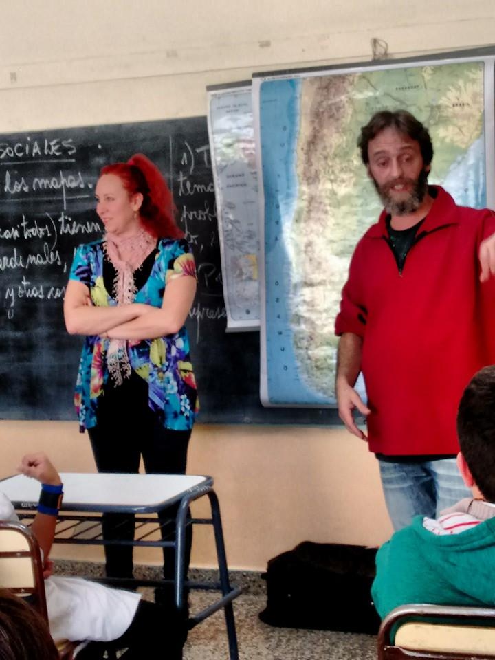 Jimena Birgin y Roberto Szmulewicz trabajando con la biblioteca ambulante en el aula. Dina Huapi, Prov. de Río Negro, 2016.