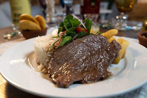Bisteck con arroz y papas fritas