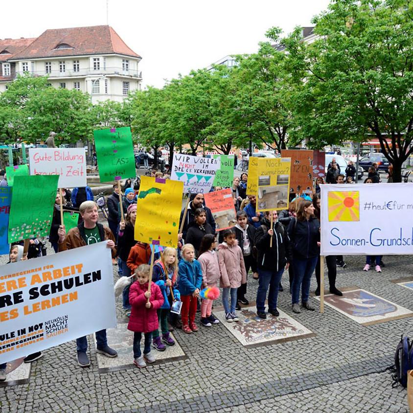 """Demo """"Saubere Schulen"""" vor dem Neuköllner Rathaus"""