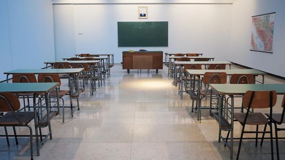 """Die erste Unterschrift für das Bürgerbegehren """"Saubere Schulen"""""""