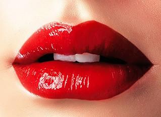 誤解を与えやすい日本人のジェスチャー①「口に手を当てるしぐさ」と「手刀のしぐさ」