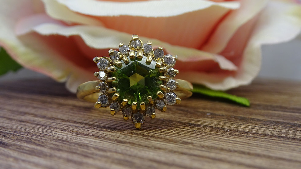 Previously Loved - 18ct Yellow Gold Peridot & Diamond Ring