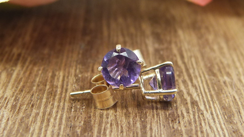 9ct Yellow Gold Amethyst Earstuds