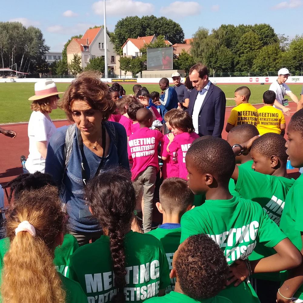 Anne-Marie Heugas et Patrice Bessac félicitent les collégiens et collégiennes venues participer à l'ouverture du Meeting d'Athlétisme