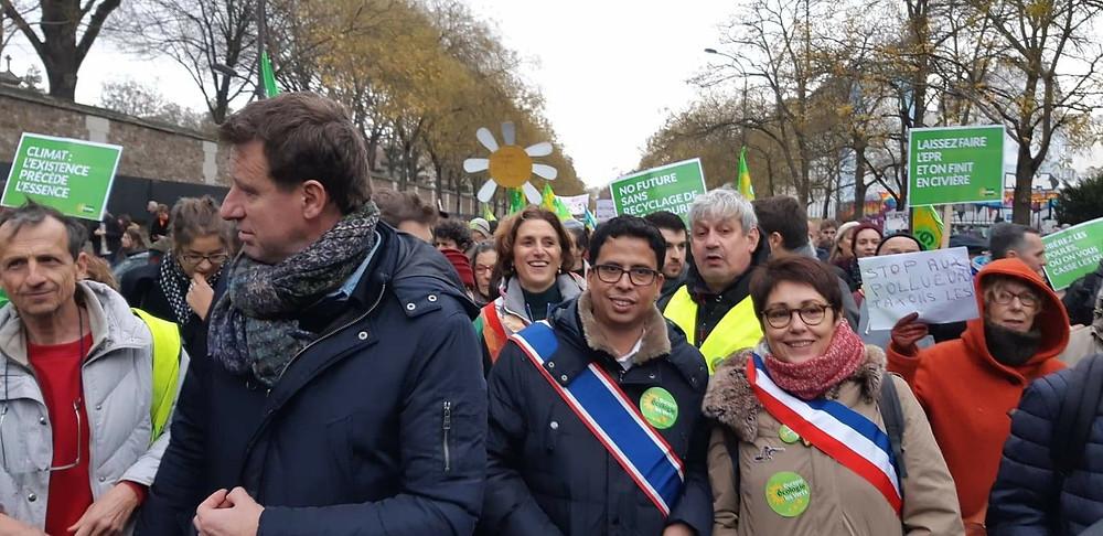 Anne-Marie Heugas, adjointe aux sports, et Mireille Alphonse, adjointe au personnel, avec Yannick Jadot, et Mounir Satouri, président du groupe écologiste à la Région, à la marche pour le clilmat à Paris 2018