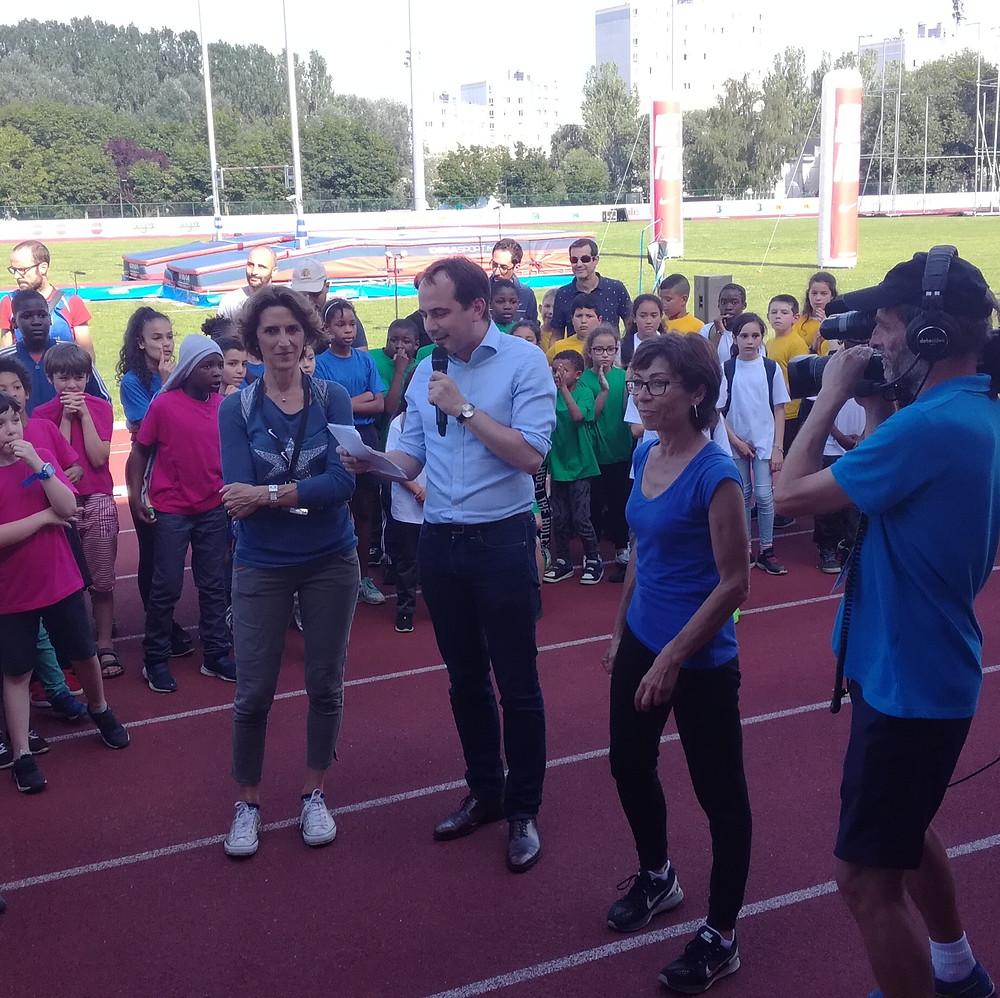Anne-Marie Heugas et Patrice Bessac remettent la médaille de la Ville