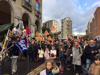 Manifestation pour demander la fermeture de l'usine SNEM à Montreuil