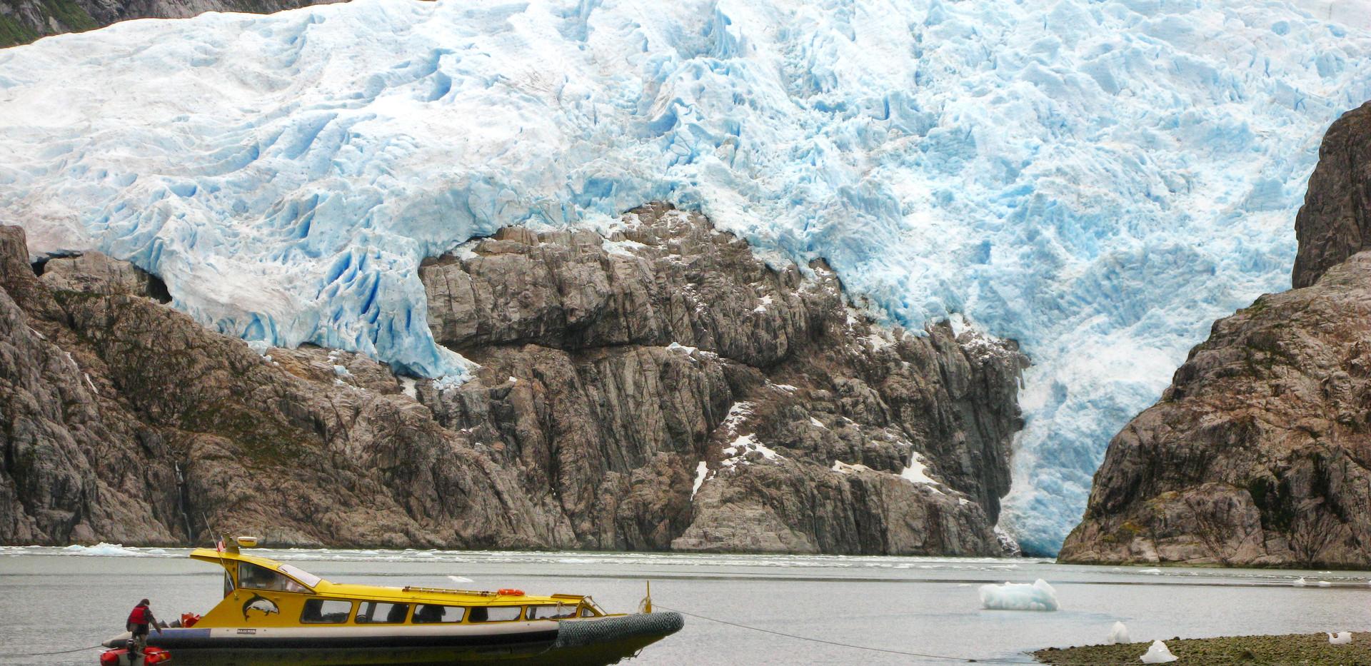 lancha y glaciar.jpg