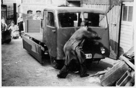 Die kleinen produzierenden Gewerke mußten sich der Einkaufs- und Liefergenossenschaft anschließen, über die der Einkauf von Grundmaterial und der Verkauf gesteuert wurde.
