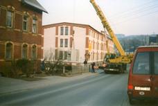 Im Jahr 1996 konnte in die sanierte Werkhalle der Stanz- Nibbelautomat einziehen und Anfang 1997 begann die Umsetzung sämtlicher Maschinen aus der alten Firma.