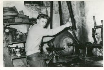 Das Handwerk des Metalldrückens erlernte auch Klaus Stiehler. Hier im Jahre 1962 beim Herstellen eines runden Kuchenbleches.