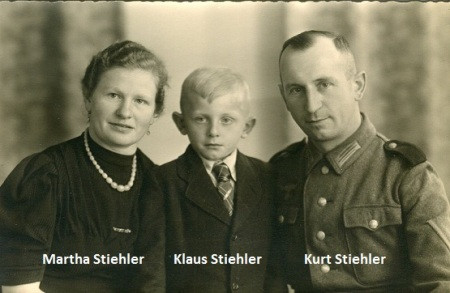 1939 - Erwerb des Firmengebäudes durch Kurt Stiehler Die Produktion von Kastenbrotformen, Backblechen und Ausbackschiebern hielt die Firma während des Krieges über Wasser. Da Kurt Stiehler seinen Dienst bei der deutschen Wehrmacht ableisten mußte, lag die betriebliche Verantwortung bei seiner Ehefrau Martha.