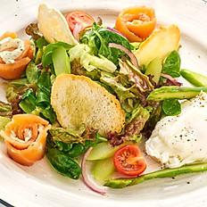 Салат с семгой слабосоленой и яйцом пашот