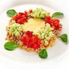 Салат из киноа с креветками и соусом из запеченного перца