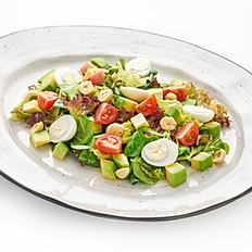Салат с авокадо,рукколой и перепелиным яйцом с медово-лимонным соусом