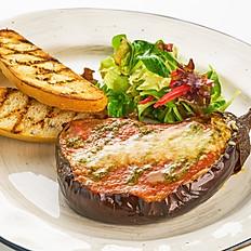 Запеченный баклажан с печеным перцем и пармезаном