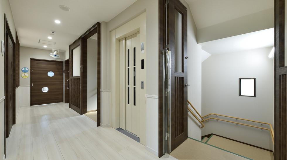 目白ひかり保育園 2F 廊下・階段
