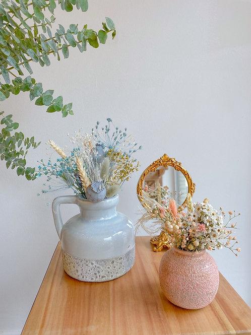 Roos vaasje met droogbloemen (rechts op de foto)