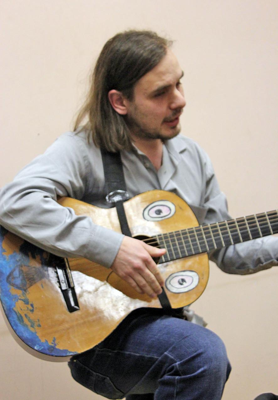 Григорий Тачков с гитарой