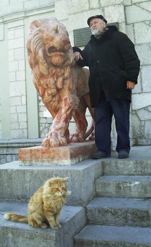 Трое на ступенях Юсуповского дворца (Крым)