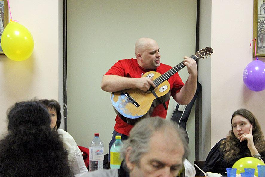 Потап Могутов с гитарой