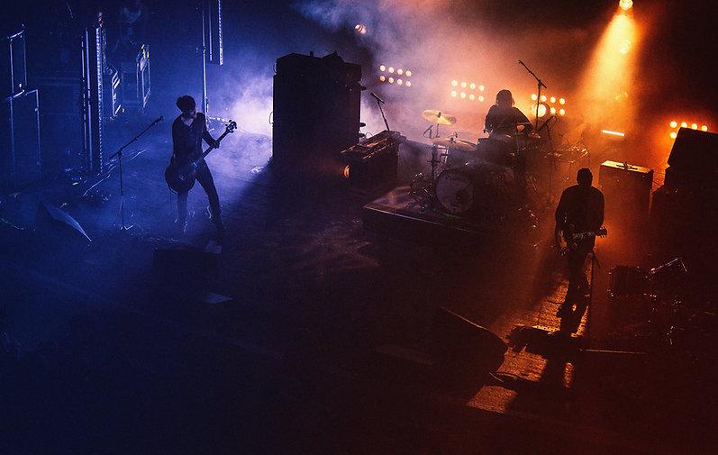 Rockband auf Konzertbühne