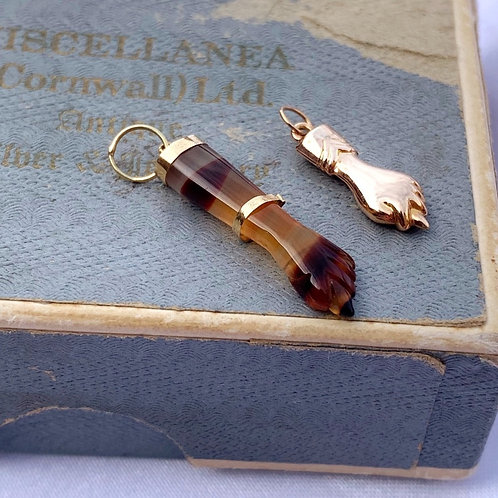 An 18ct Gold Vintage Banded Agate Figa Charm