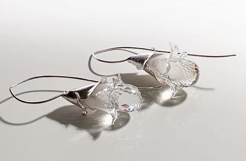 Ohrhänger mit Bergkristall und Glasblume von Auraria Artis Damaris Rohner und Priska King-Tobler