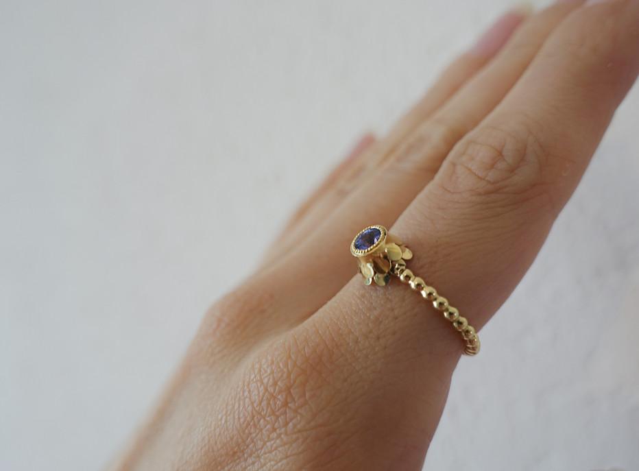 Ring in Gelbgold mit einem Tansanit an d