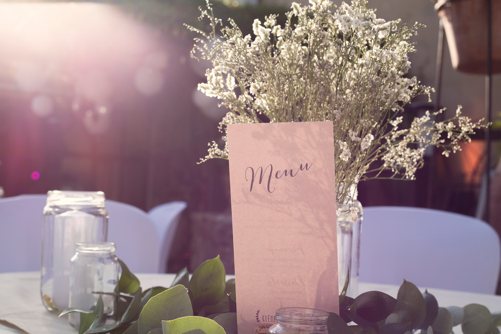 La décoration des tables est aussi un élément important qui demande beaucoup de temps aux mariés et aux témoins.