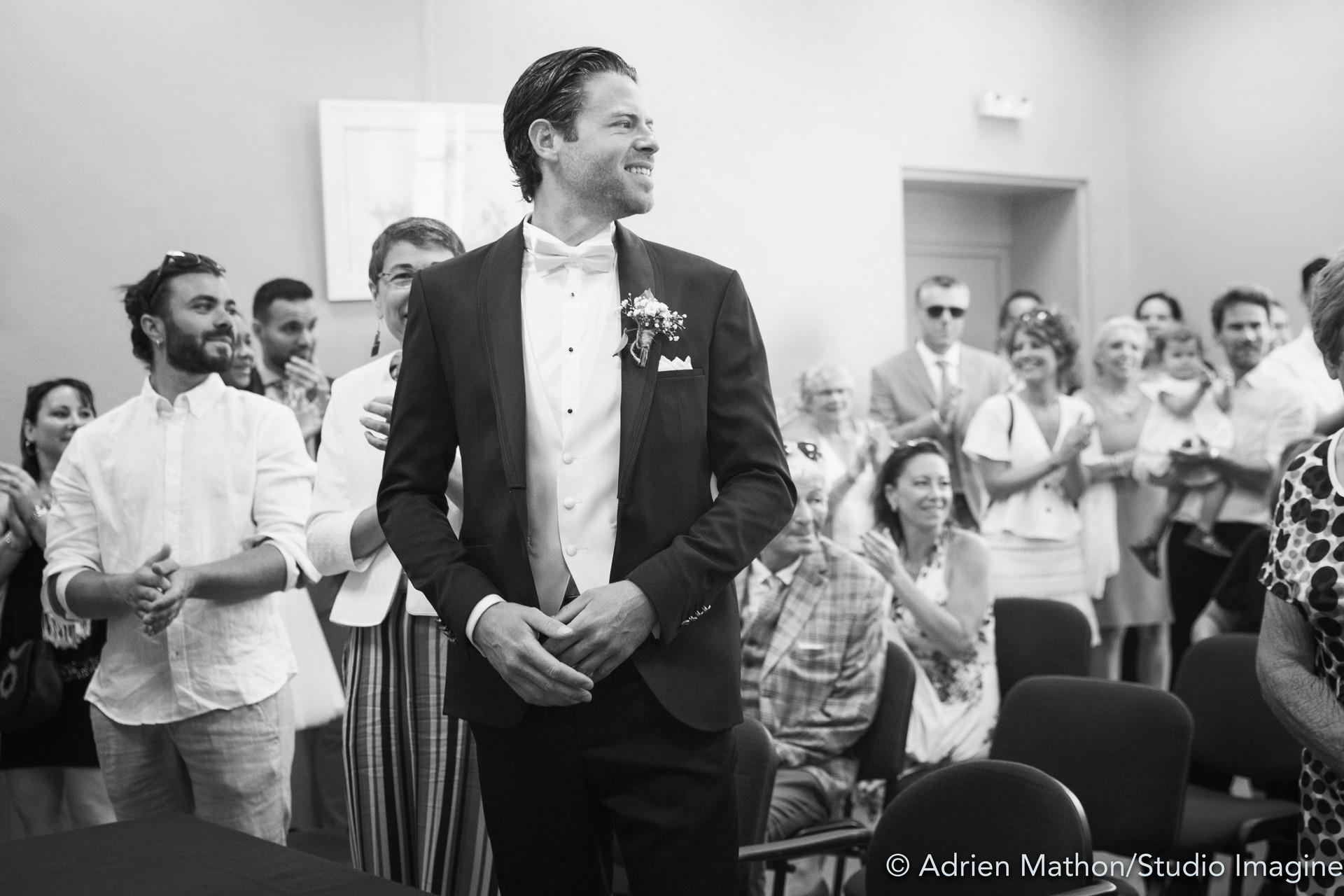 La mariée entre dans la mairie, le marié est le plus heureux des hommes