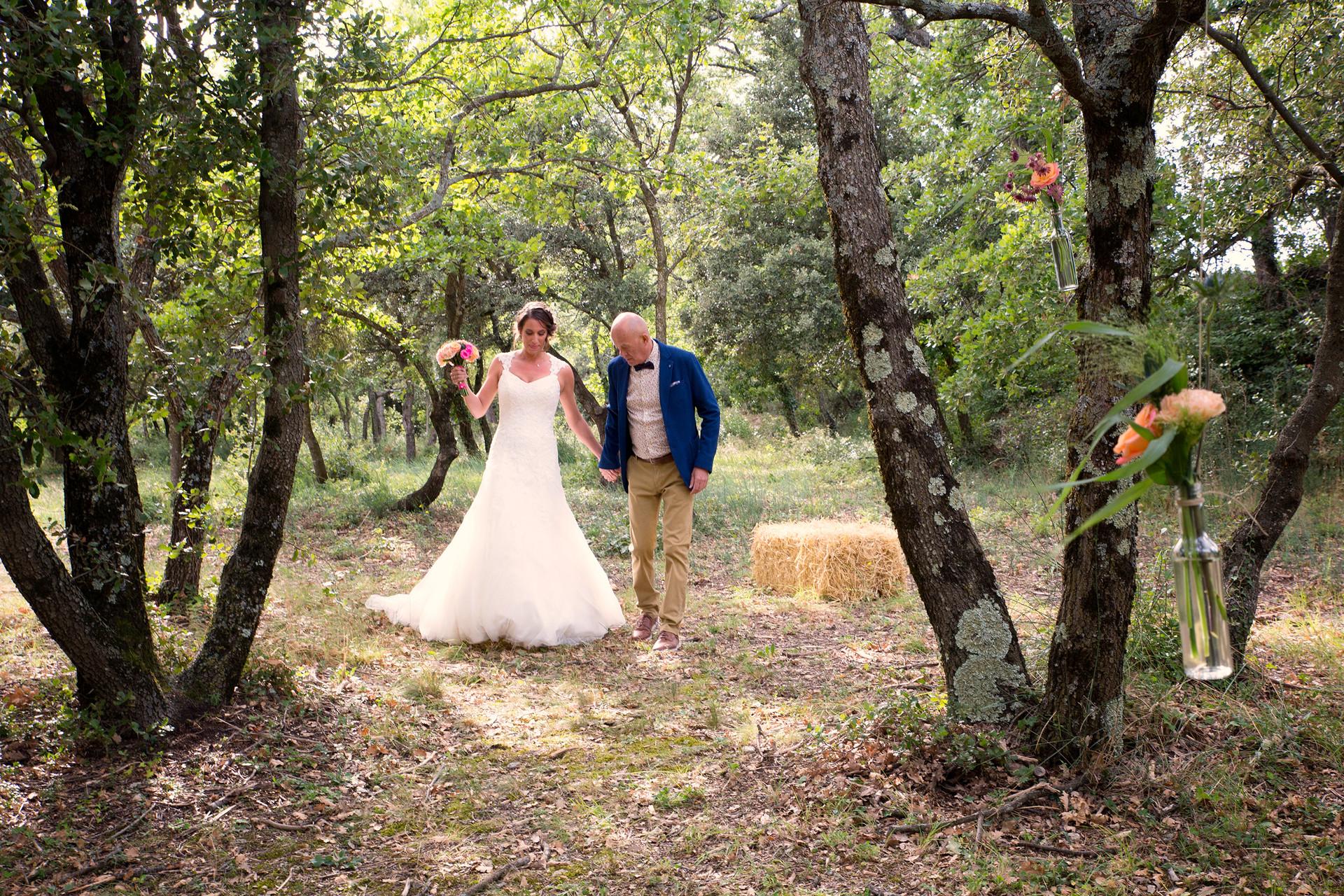 La belle mariée fait son entrée au côté de son papa