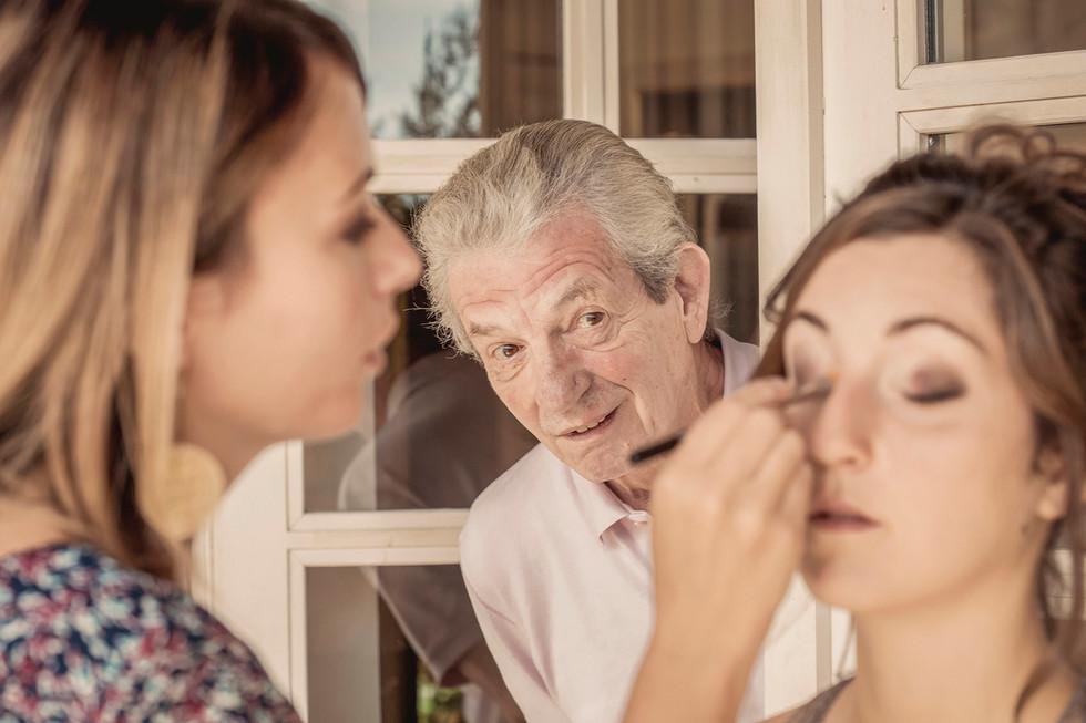 Son grand-père glisse un tête curieux de voir le résultat.