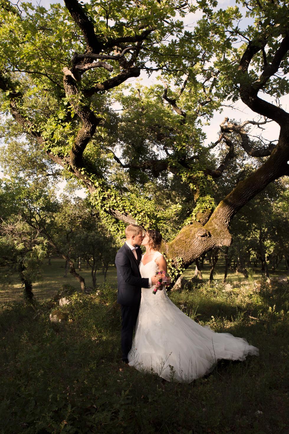 Shooting des mariés à l'écart des regards pour plus de naturel dans les attitudes