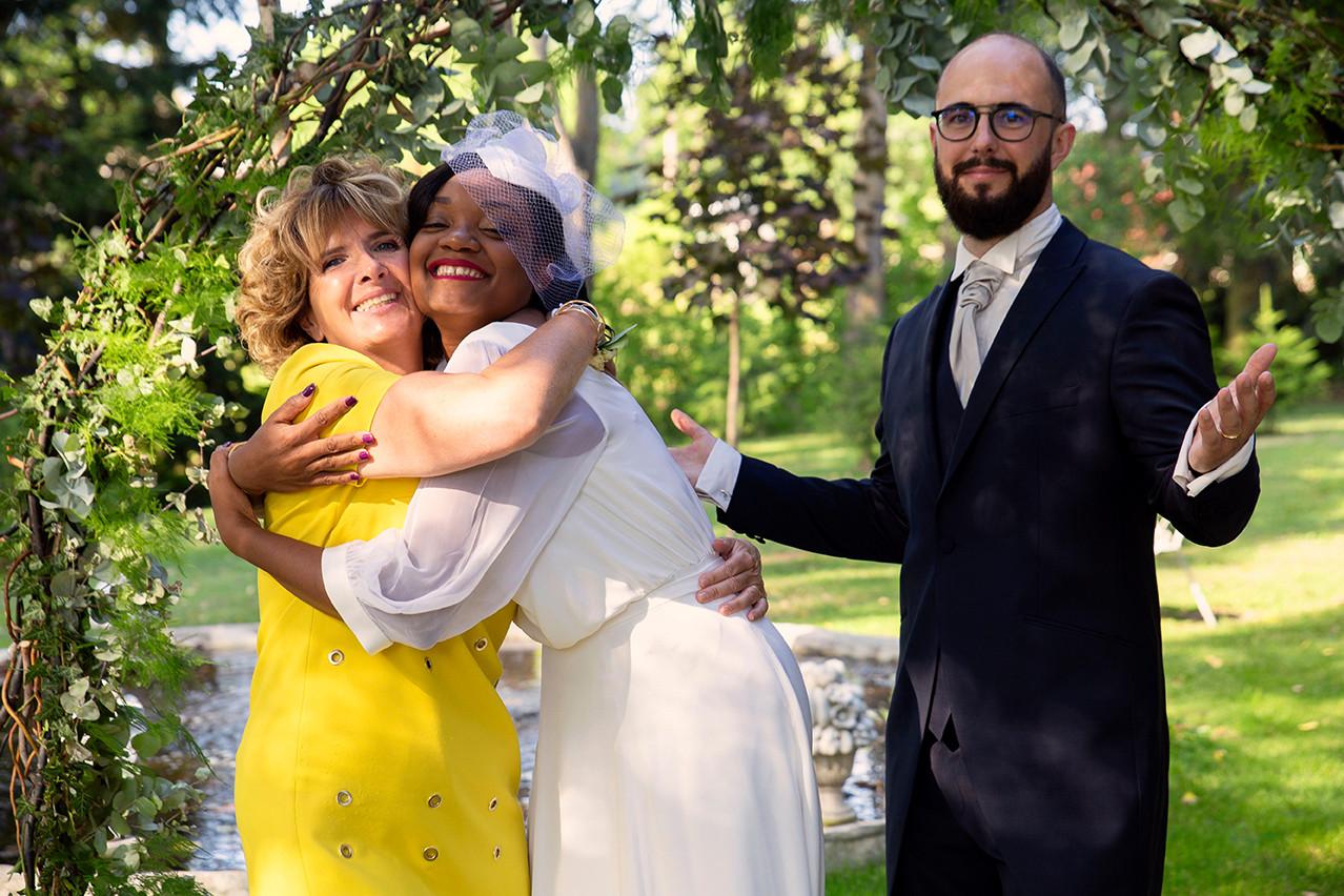 La mariée avec sa belle-mère pour une photo de famille